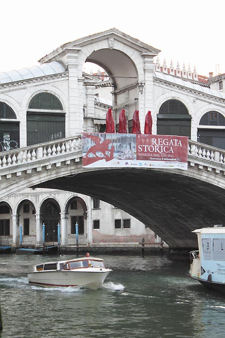 contemporary-art-la-biennale-arts arte show-project-venice-realto-public-art-illuminations-manfred-kielnhofer-statue-