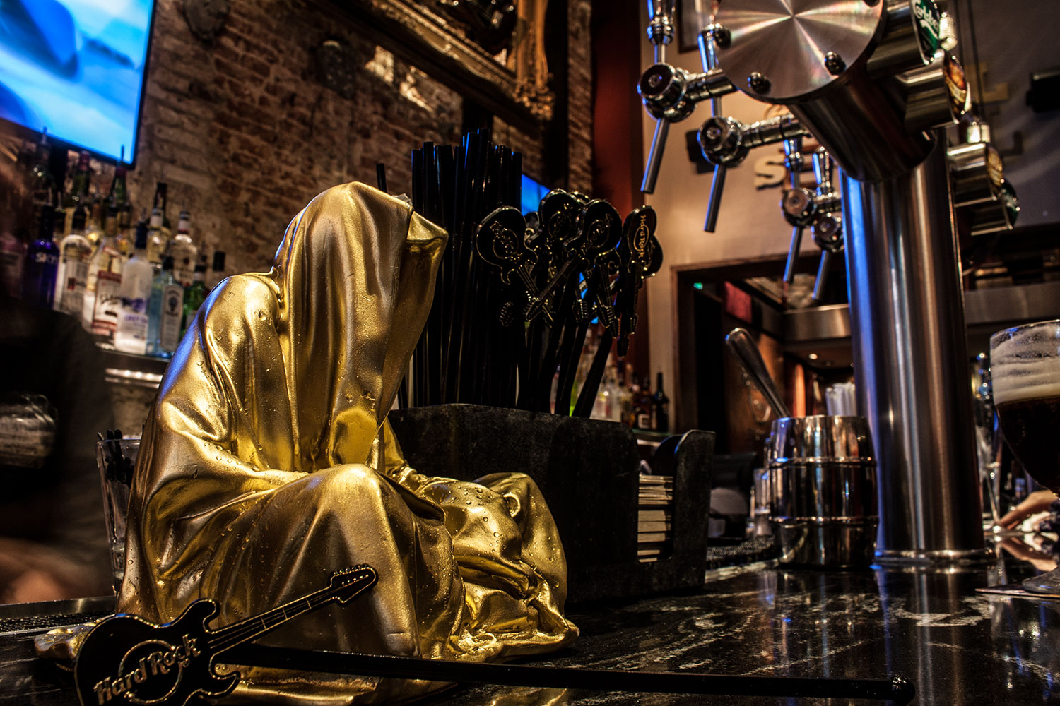 brussel-belgien-guardians-of-time-manfred-kielnhofer-public-modern-contemporary-art-fine-arts-sculpture-design-streat-art-hard-rock-cafe-1852