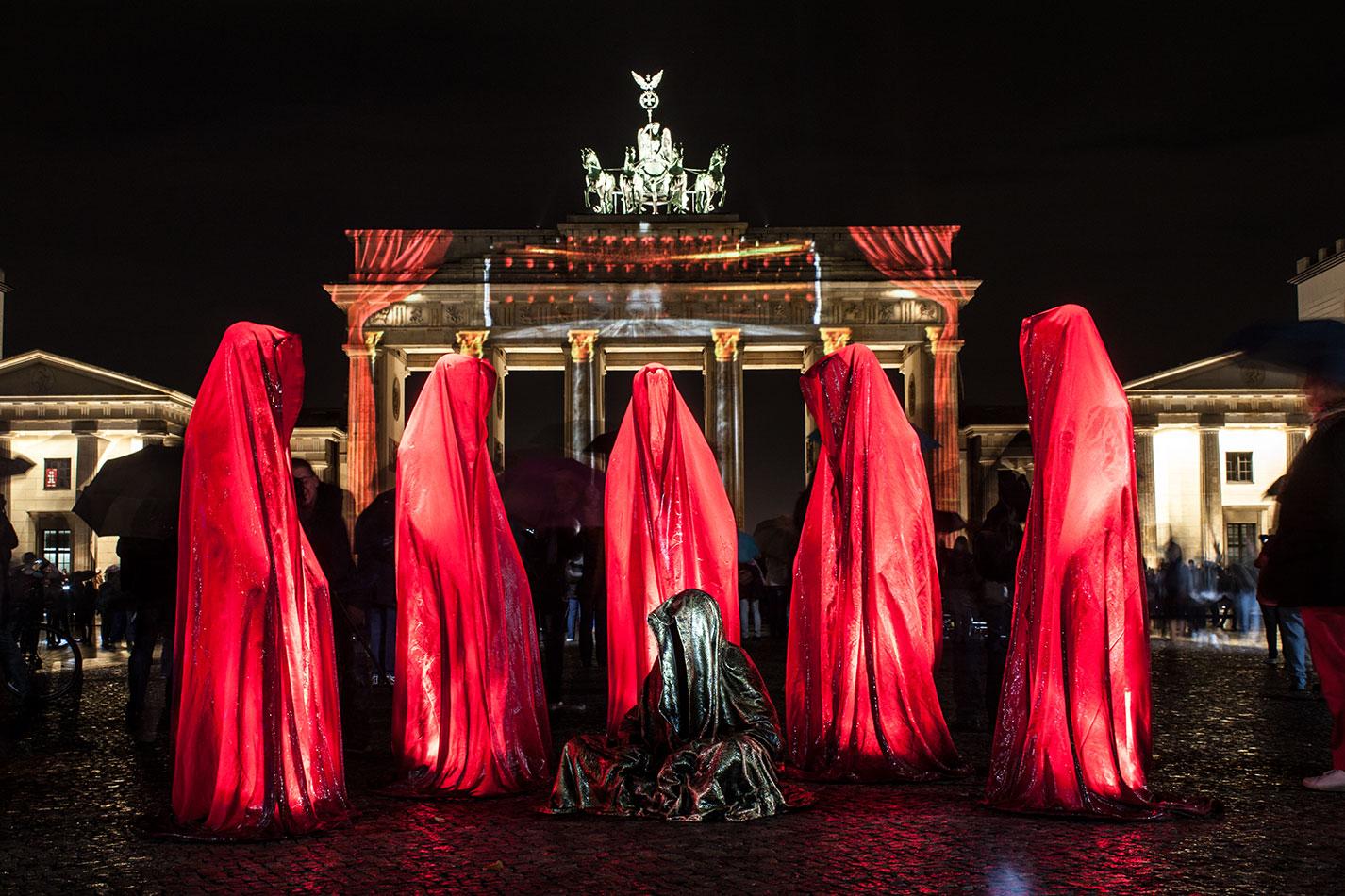 festival-of-lights-berlin-brandenburg-gate-light-art-show-exhibition-lumina-guardians-of-time-manfred-kili-kielnhofer-contemporary-arts-design-sculpture-3281