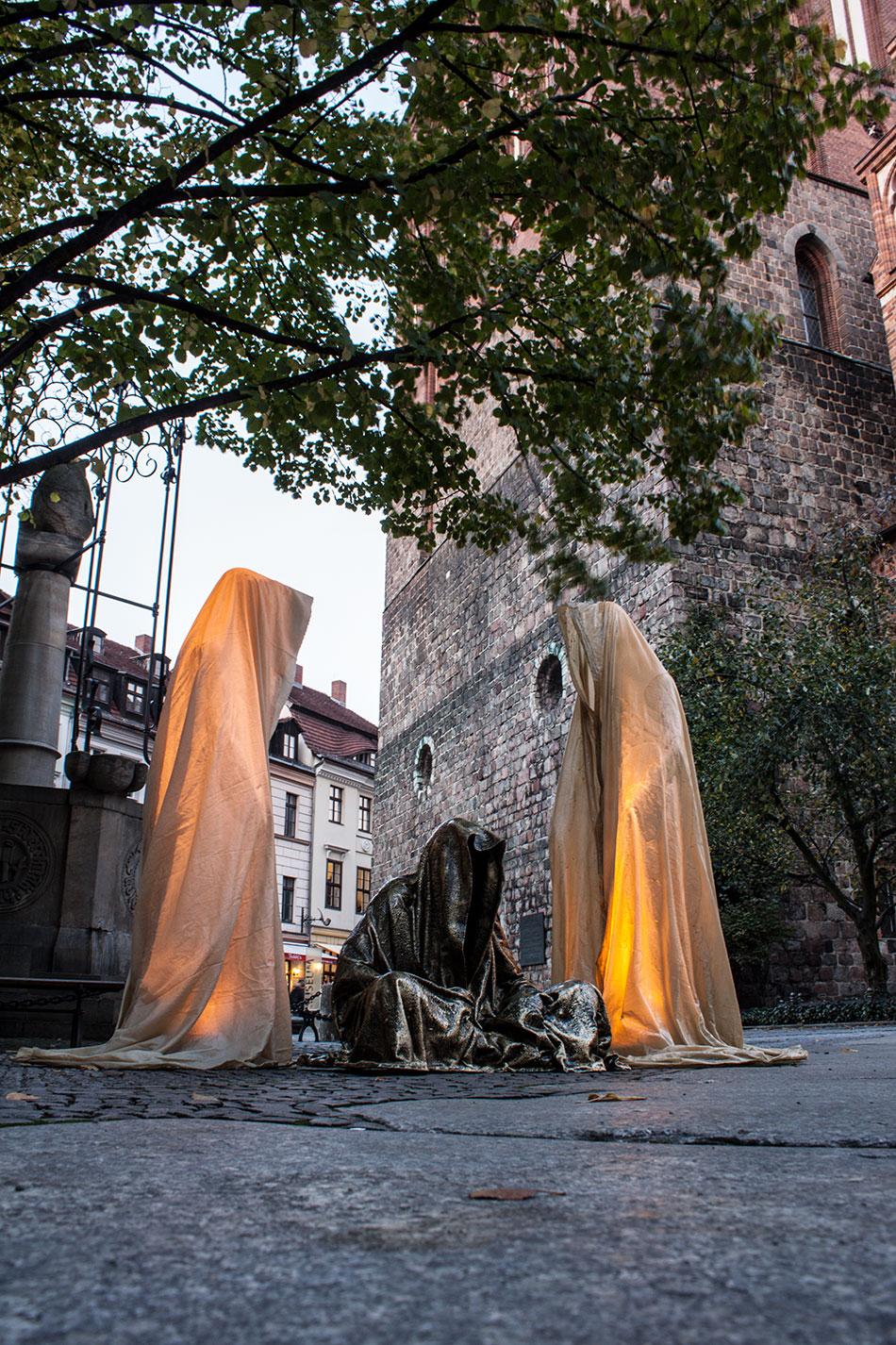 festival-of-lights-berlin-light-art-festival-contemporary-fine-art-design-show-guardiansof-time-manfred-kili-kielnhofer-sculpture-3677