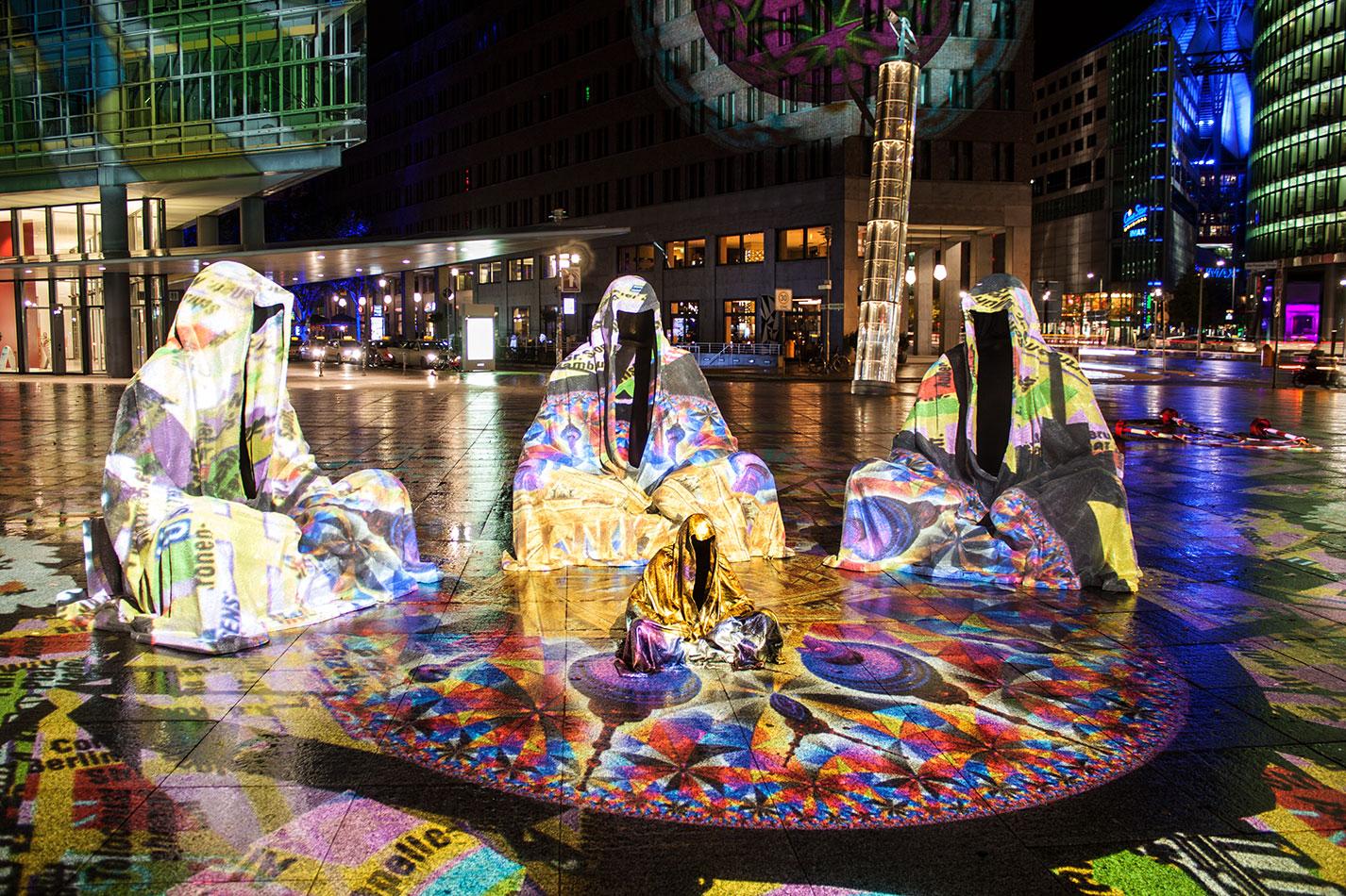 festival-of-lights-berlin-light-art-festival-contemporary-fine-art-design-show-large-scale-sculpture-guardiansof-time-manfred-kili-kielnhofer-sculpture-3873
