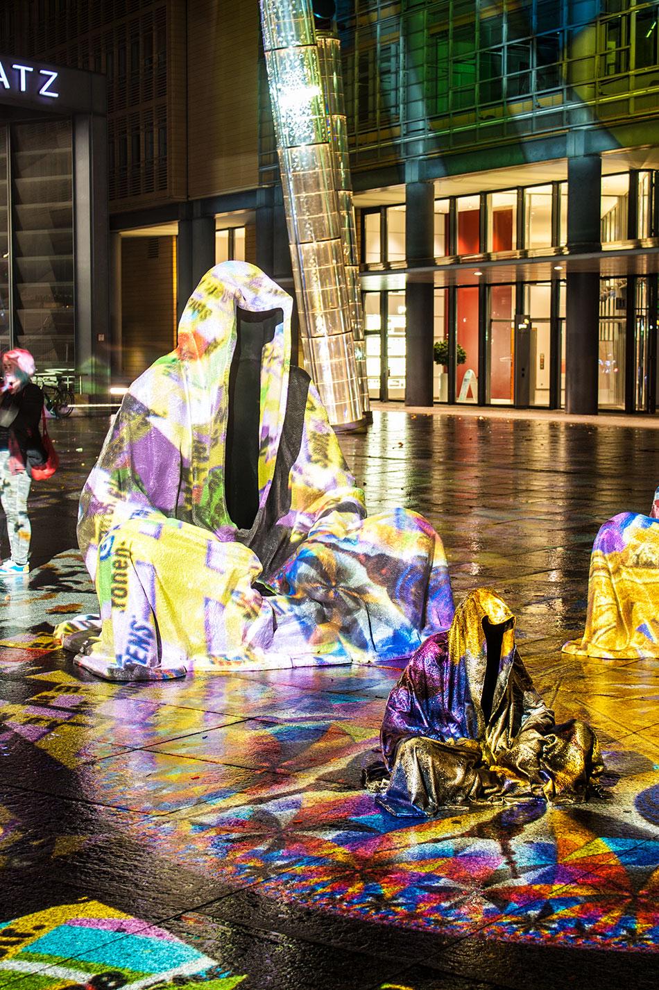 festival-of-lights-berlin-light-art-festival-contemporary-fine-art-design-show-large-scale-sculpture-guardiansof-time-manfred-kili-kielnhofer-sculpture-3882