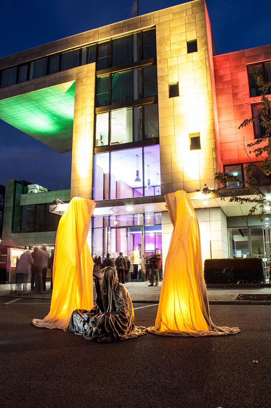 festival-of-lights-berlin-ministergaerten-light-art-festival-contemporary-fine-art-design-show-guardiansof-time-manfred-kili-kielnhofer-sculpture-3629