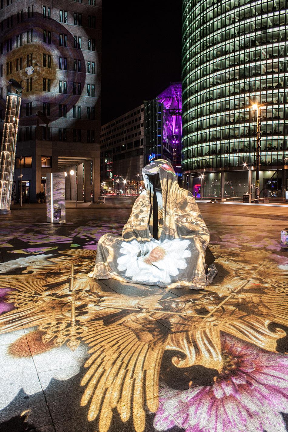 festival-of-lights-berlin-potzdamer-platz-light-art-show-exhibition-lumina-guardians-of-time-manfred-kili-kielnhofer-contemporary-arts-design-large-scale-monumental-public-sculpture-3544