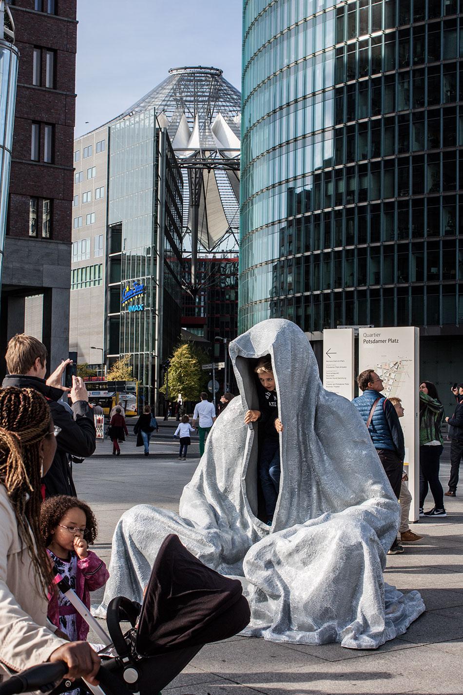 festival-of-lights-berlin-potzdamer-platz-light-art-show-exhibition-lumina-guardians-of-time-manfred-kili-kielnhofer-contemporary-arts-design-sculpture-3089