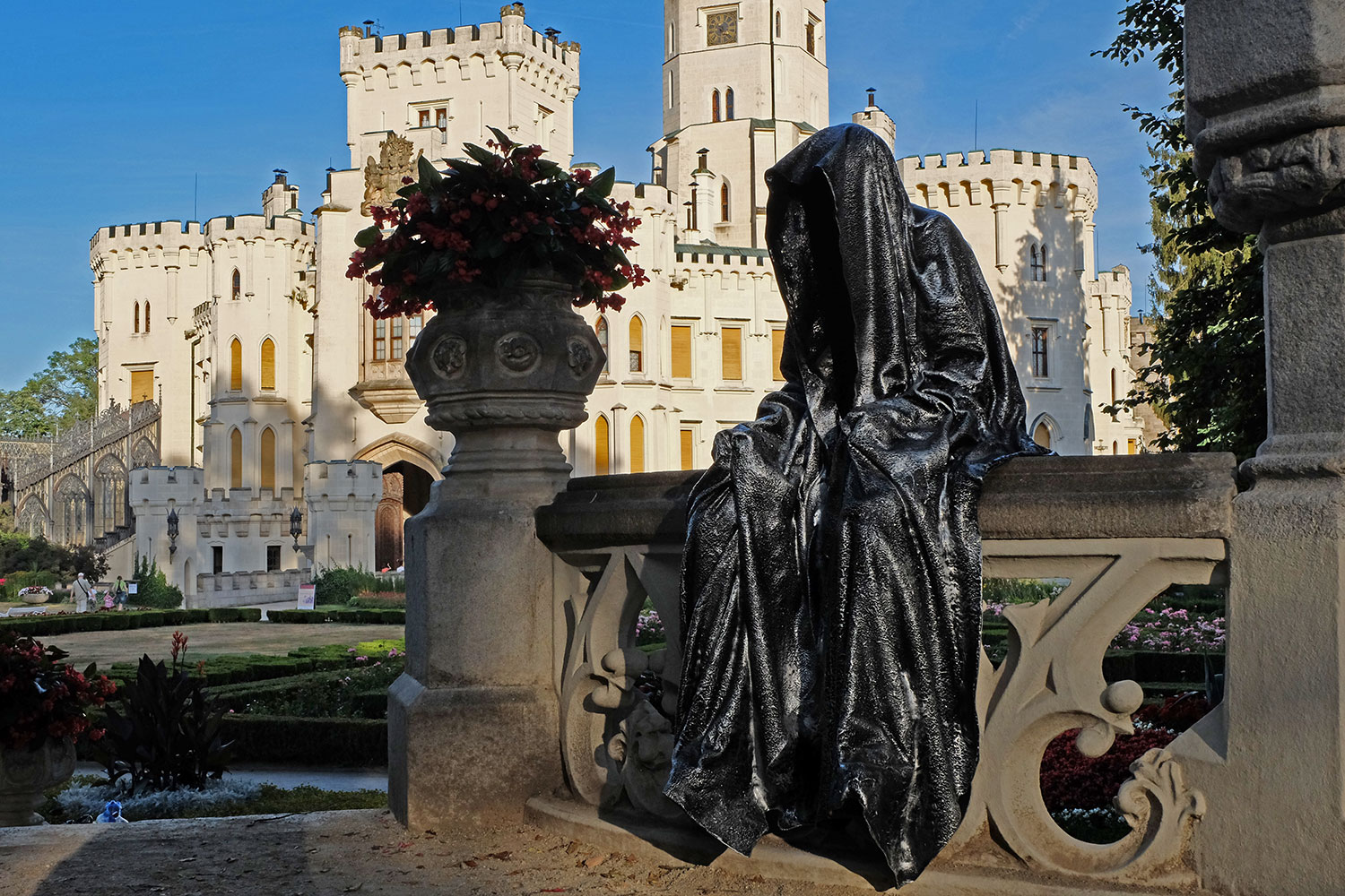 hluboka-castle--czech-republic-guardians-of-time-manfred-kili-kielnhofer-contemporary-fine-art-sculpture-statue-arts-design-modern-photography-artfund-artshow-pro-6757y