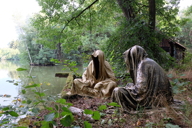 art-lower-austria-lake-contemporary-art-fine-arts-modern-sculpture-urban-statue-faceless-ghost-in-a-coat-guardians-of-time-manfred-kili-kielnhofer-6923