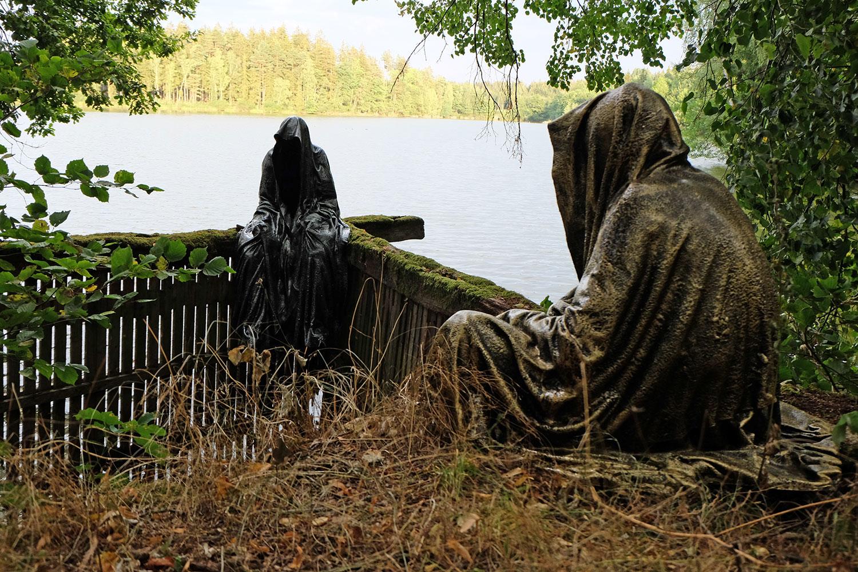 art-lower-austria-lake-contemporary-art-fine-arts-modern-sculpture-urban-statue-faceless-ghost-in-a-coat-guardians-of-time-manfred-kili-kielnhofer-6977